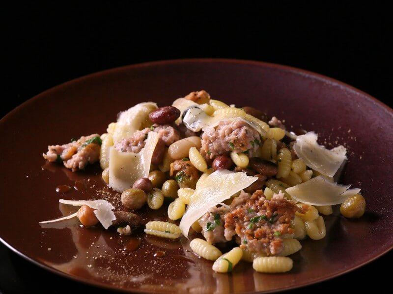 サルシッチャと豆たちの煮込みとペコリーノのニョッケサルディ