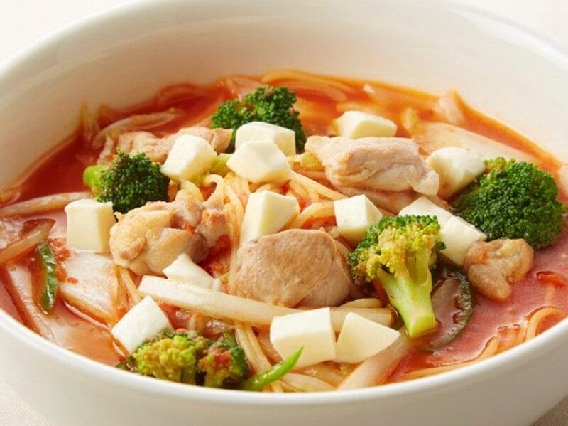 鶏肉と白菜・モッツアレラのトマトスープパスタ、スパゲティ