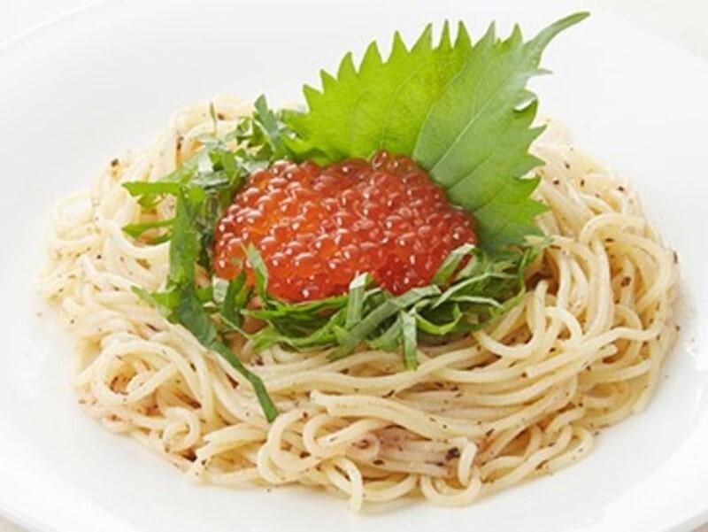 イクラ、梅、しその和風のパスタ、スパゲティ