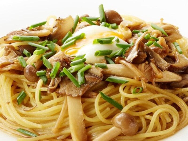 きのこ色々半熟卵のせ和風ソースパスタ、スパゲティ