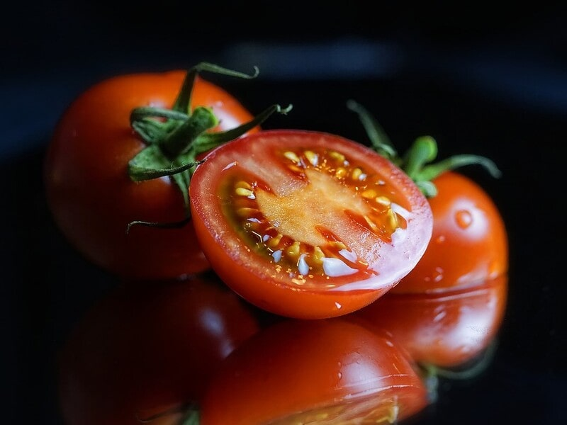 2_半分に切ったトマトの画像