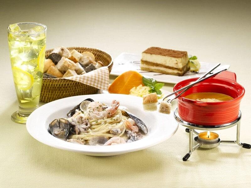 イタリア料理がテーブルに乗っている